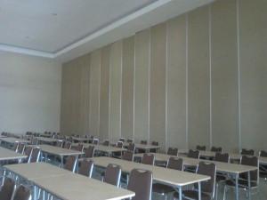 partisi geser ruang kelas